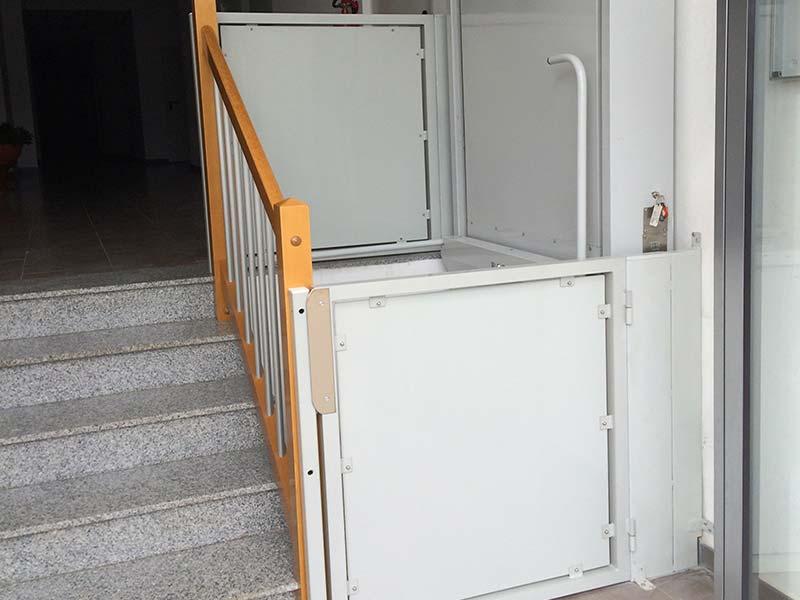 Elevador salvaescaleras vertical modelo sv 3000 instalado for Salvaescaleras vertical