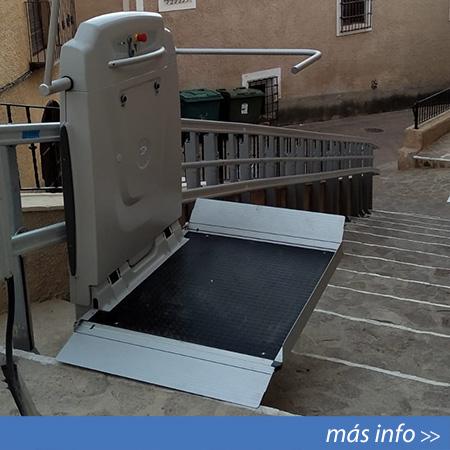 Plataforma salvaescaleras modelo Supra Curva instalada en Albacete